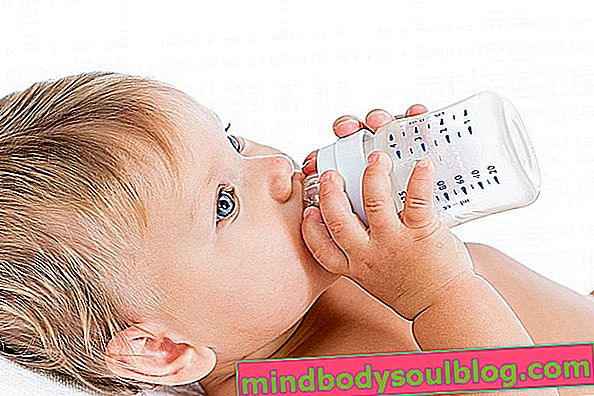 מתי להתחיל לתת לתינוק מים (והכמות הנכונה)